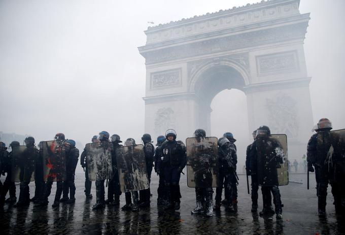 C'est autour de l'Arc de triomphe que se sont rassemblés, dès samedi matin, les manifestants les plus virulents. Ils se sont ensuite éparpillés dans les rues autour de la place de l'Étoile.