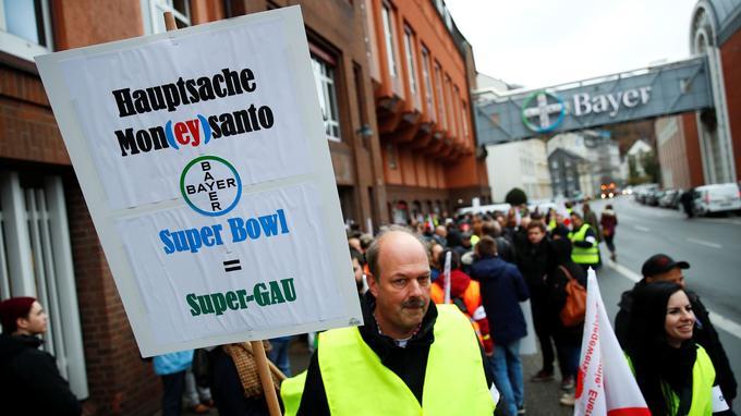 Des employés de l'entreprise Bayer manifestent à Wuttertal.
