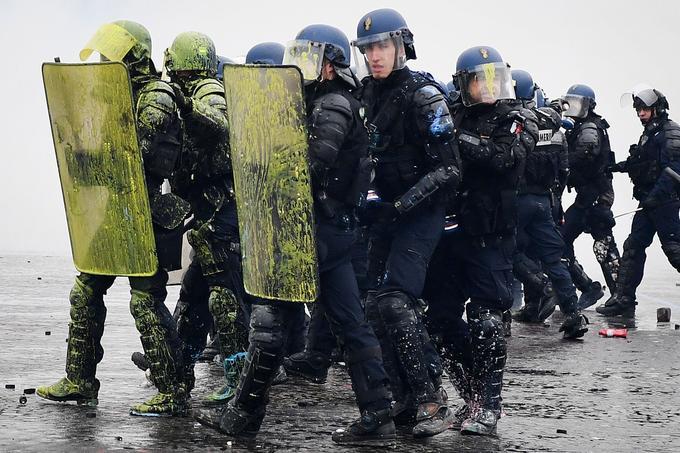 Les forces de l'ordre se sont rapidement retrouvées mises en difficulté par les casseurs. Une vingtaine d'entre eux ont été blessés.