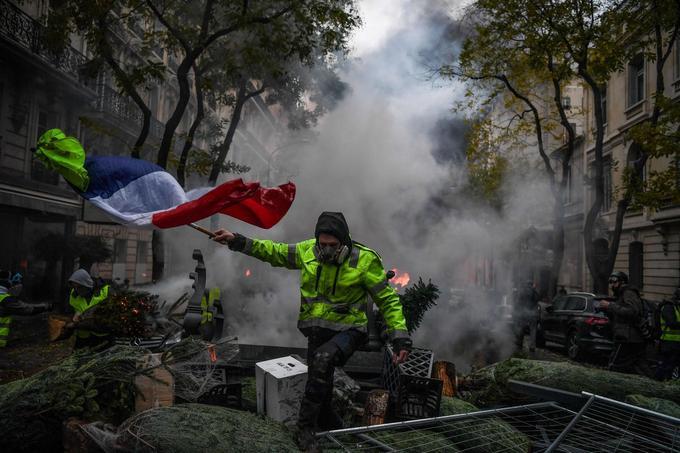 Les «gilets jaunes» ont dressé des barricades dans plusieurs rues et avenues de la capitale, pillant au passage plusieurs chantiers et commerces.