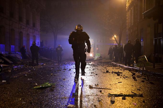 Les forces de l'ordre, surmenées, ont interpellé 412 personnes. Le préfet de police de Paris Michel Delpuech a parlé de faits jamais vus depuis plusieurs décennies.