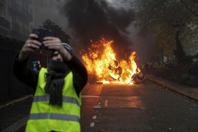 Quelque 55 voitures ont été brûlées par les casseurs ce samedi, dans la capitale. L'avenue Kléber et celle de la Grande Armée ont été particulièrement touchées.