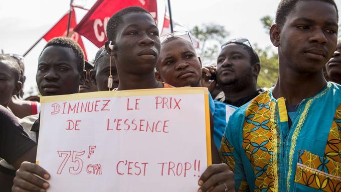 Manifestation à Ouagadougou contre la hausse du prix du carburant.