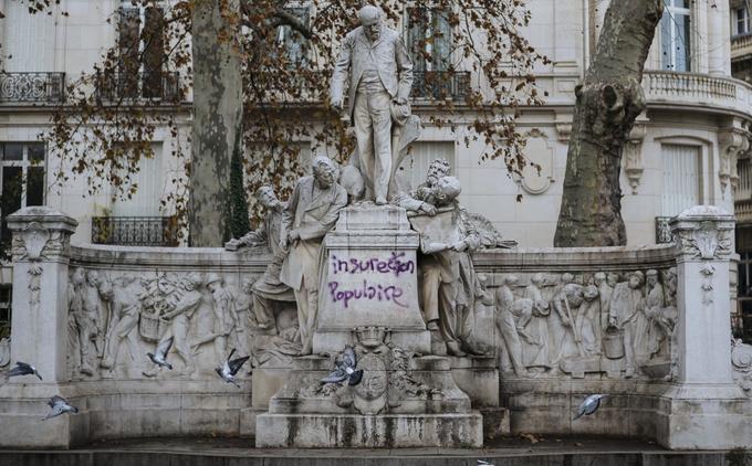 Le mot d'ordre d'«insurrection populaire» a été inscrit, mal-orthographié, sur cette statue située à proximité de l'Arc de Triomphe, à Paris, et photographiée le 2 décembre.