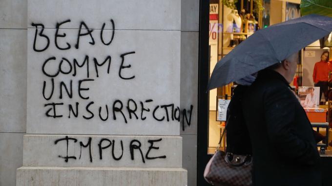 Un graffiti à Paris, le 25 novembre, au lendemain du deuxième samedi de mobilisation des «gilets jaunes».