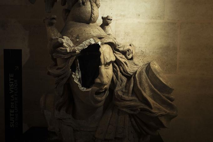 L'Arc de triomphe a été pris d'assaut par les «gilets jaunes» et des casseurs, et de nombreuses dégradations ont eu lieu. Ici, le moulage de la Marianne d'un bas-relief du monument a perdu une partie de son visage.