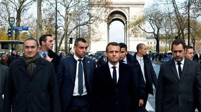 Ce dimanche, Emmanuel Macron est venu constater les dégâts aux abords de l'Arc de triomphe, après la manifestation des «gilets jaunes» dans la capitale.