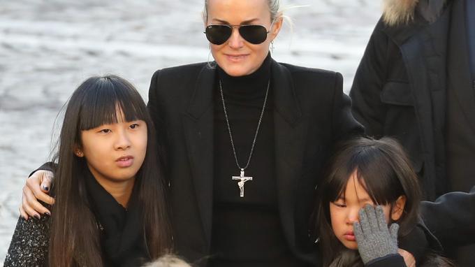 Laeticia Hallyday arborait la croix de son époux lors de la cérémonie organisée à l'église de la Madeleine.
