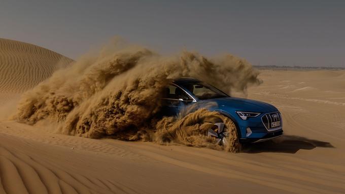 L'e-tron dans le désert d'Abu Dhabi. Disposant de deux moteurs (un par essieu),, le SUV électrique dispose de facto d'une transmission intégrale. Sans être un véritable tout-terrain, il possède de réelles capacités off road malgré une masse élevée. <br/><b>La fiche technique</b><br/><b>Moteurs: </b>deux groupes électriques sur chaque essieu <br/><b>Puissance: </b> 360 ch (408 avec la fonction «overboost») <br/><b>Couple:</b> 664 Nm <br/><b>Transmission:</b> intégrale. <br/><b>Dimensions (L/l/h mm):</b> 4 901 x 1 935 x 1 616 mm <br/><b>Coffre:</b> de 600 à 1 725 litres (plus 60 litres à l'avant) <br/><b>Poids:</b> 2 490 kg <br/><b>Performances</b><br/><b>(0-100 km/h):</b> 5, 7secondes <br/><b>Vitesse: </b>200 km/h <br/><b>Autonomie:</b> plus de 400 km (norme WLTP). <br/><b>Émissions (CO2): </b>0 g/km <br/><b>Prix: </b>82 600 €