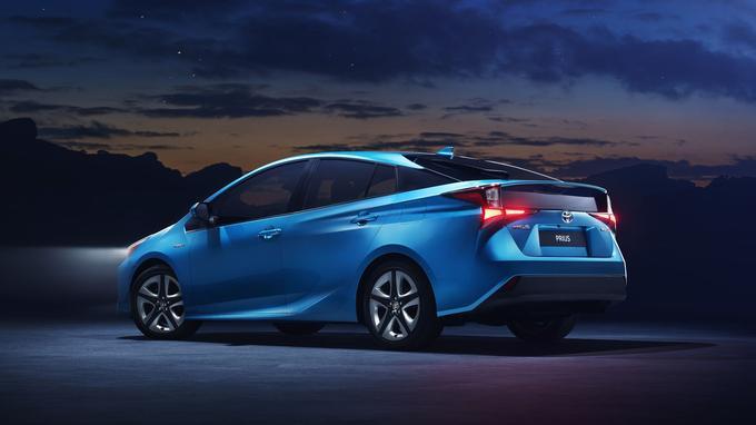 Avec le changement de plate-forme, la Prius bénéficie d'un discret restylage qui se traduit par des optiques revues, des jantes inédites et deux nouveaux coloris: rouge intense et bleu turquoise.