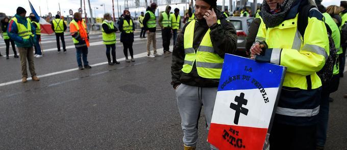 Le 24 novembre à Beaumont (Meurthe-et-Moselle) des «gilets jaunes» arborent une pancarte tricolore sur laquelle une croix de Lorraine accompagne le slogan mentionnant une «colère du peuple».