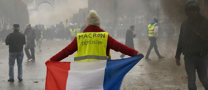 Sur les Champs-Élysées, le 24 novembre à Paris.