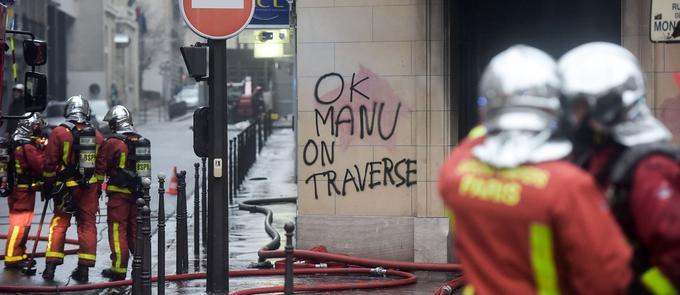 Les locaux d'une agence bancaire taguée à Paris le samedi 1er décembre.