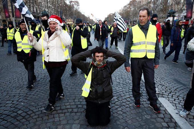 Sur les Champs-Élysées, cet homme s'est agenouillé seul.