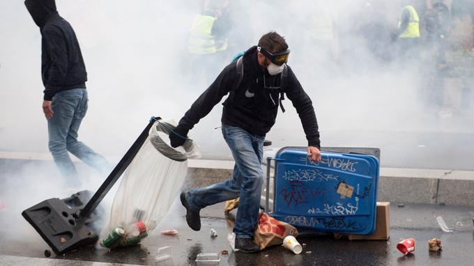 Barricade en cours de construction à Nantes.