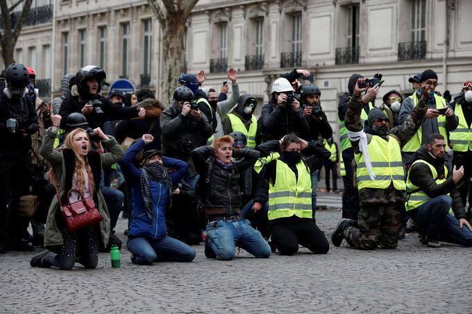 Ici, un groupe s'est également mis à genoux pour rappeler la scène de Mantes-la-Jolie.