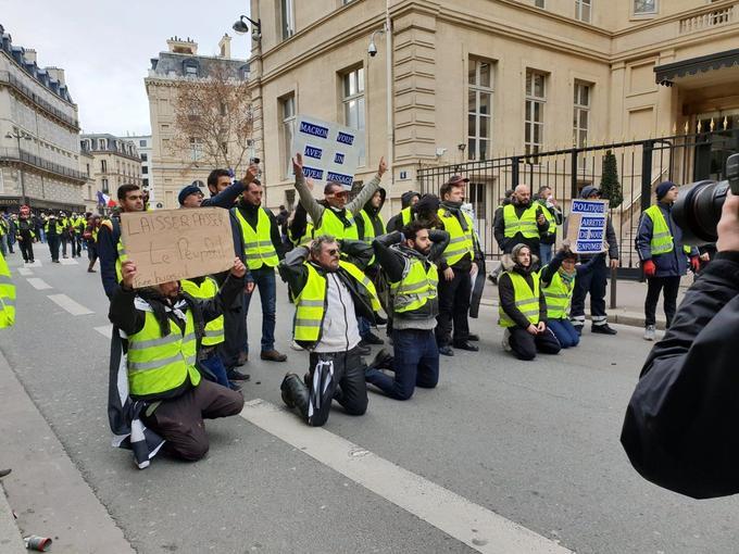 À côté de l'avenue Marceau, un groupe portant des pancartes «Laissez passer le peuple» ou «Macron, vous avez un nouveau message» se sont agenouillés.