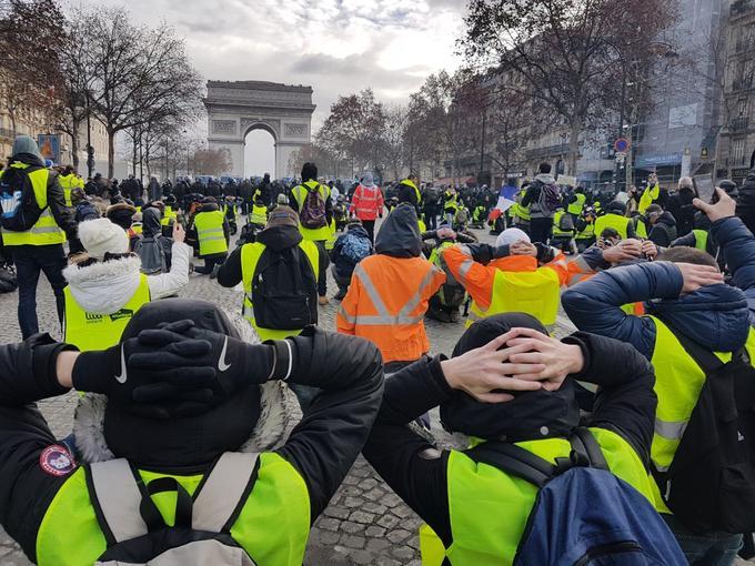 Avenue de la Grande-Armée, à proximité de l'Arc de triomphe, la position a également été mimée par des groupes de «gilets jaunes».