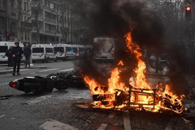 Boulevard de Courcelles, à Paris, les manifestants ont mis le feu à une moto.