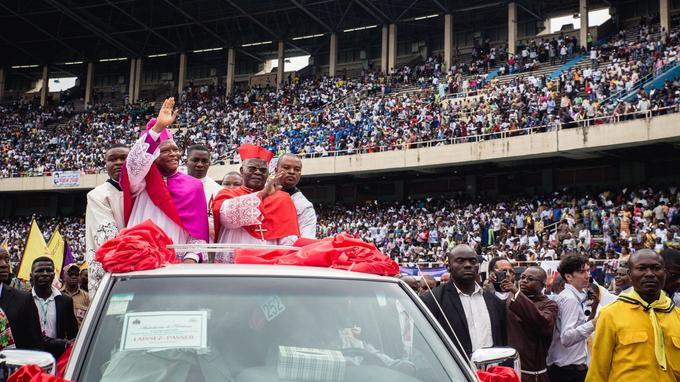 Tour de piste triomphal du cardinal et de l'archevêque de Kinshasa à l'ouverture de la messe du 25 novembre, dans le stade des Martyrs.