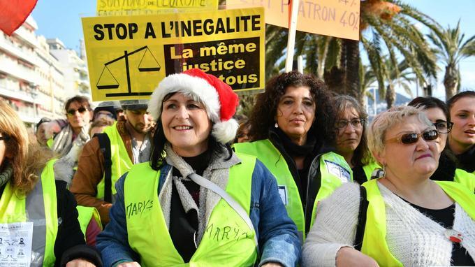 À Nice, les «gilets jaunes» du département se sont réunis pour défiler sur la Promenade des Anglais.