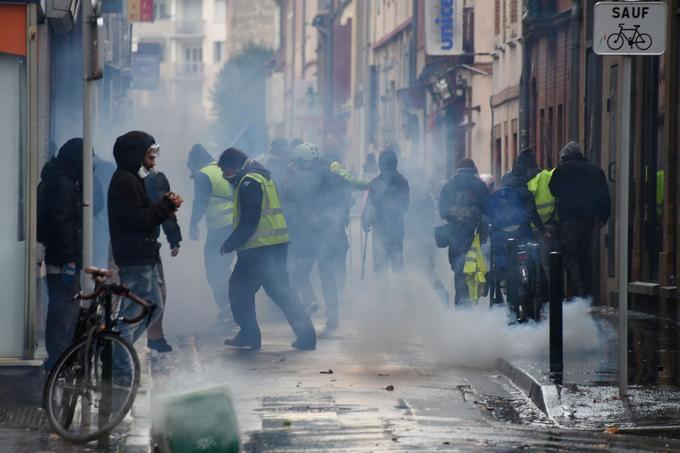 Des manifestants à Toulouse, juste après le lancement d'une grenade lacrymogène par les forces de l'ordre.