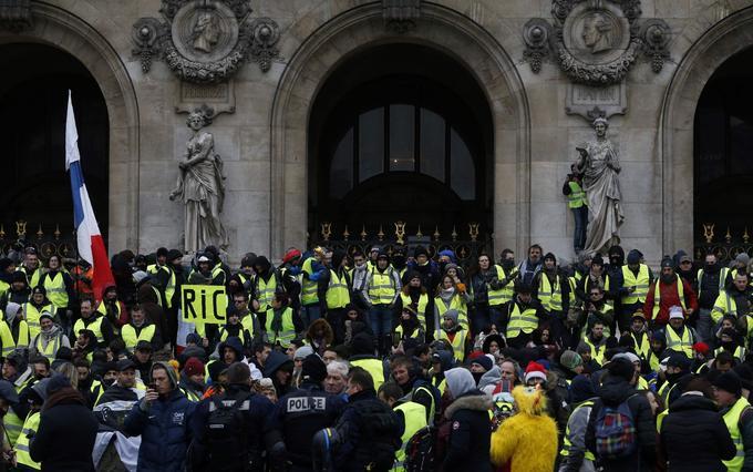 Des «gilets jaunes» devant les marches de l'Opéra Garnier ce samedi 15 décembre 2018, à Paris.