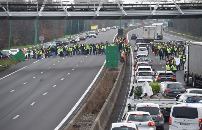 Des «gilets jaunes» bloquent une route à La Roseraie, un quartier de Toulouse, ce samedi 15 décembre 2018.
