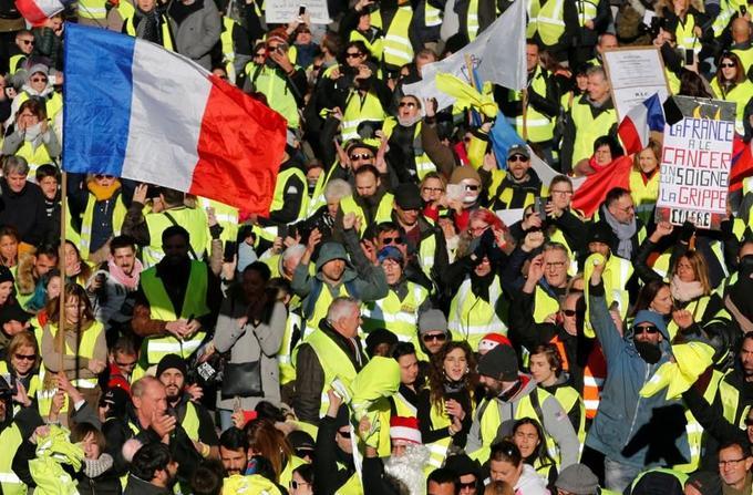 Des «gilets jaunes» défilent à Marseille, ce samedi 15 décembre 2018.
