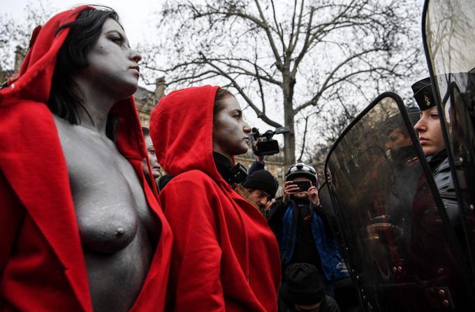 Des jeunes femmes habillées en «Marianne» font face aux gendarmes sur les Champs-Élysées, à Paris, ce samedi 15 décembre 2018.