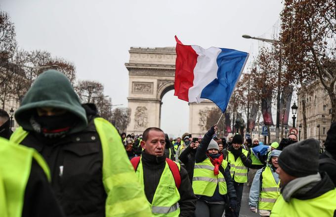 Des «gilets jaunes» défilent sur les Champs-Élysées ce samedi 15 décembre 2018, à Paris.