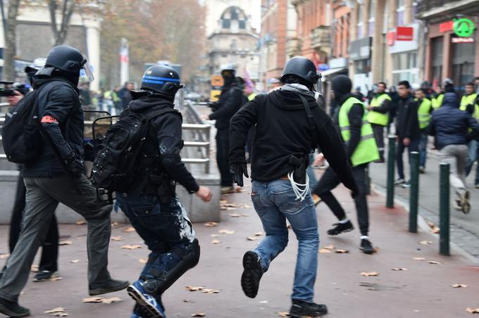 Des policiers poursuivent des individus avec des «gilets jaunes» ce samedi 15 décembre 2018, à Toulouse.