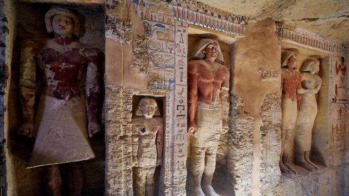 La tombe contient de grandes statues colorées du défunt, un prêtre nommé «Wahtye», et sa famille.