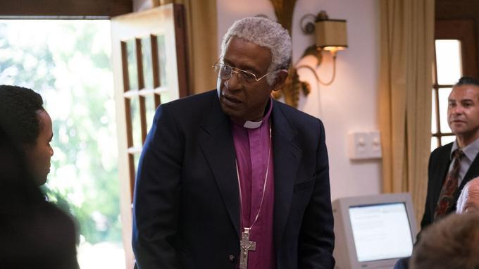 Forest Whitaker, ici dans le rôle de Desmond Tutu, promeut l'entreprenariat des jeunes, des programmes d'éducation et d'entraînement à la résolution des conflits à travers une ONG qu'il a créée.