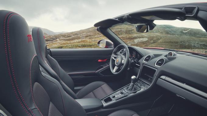 La version T des 718 Boxster et Cayman se démarquent par de nouveaux garnissages de sièges et la suppression du système d'infodivertissement.