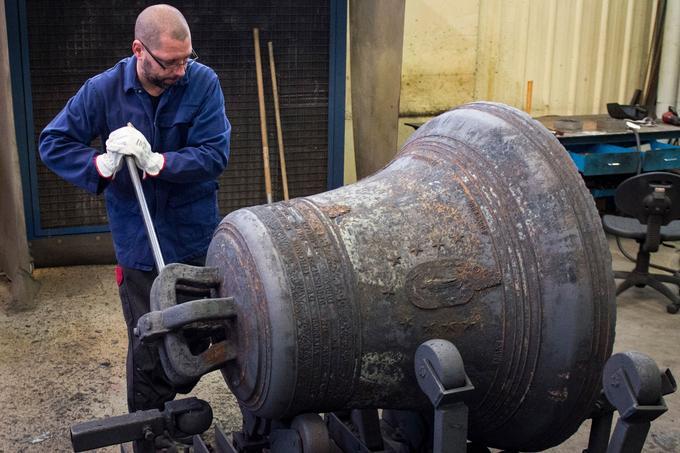 Bodet a déjà réparé plus de 1100 cloches depuis 1991, acheminées pour les plus imposantes en convois spéciaux.