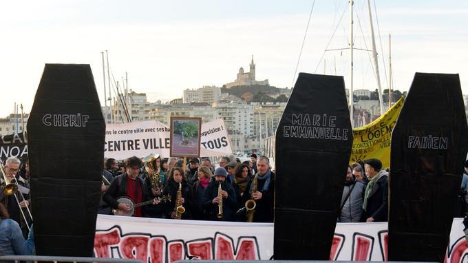 Près de 300 personnes ont manifesté jeudi matin devant l'hôtel de ville de Marseille à l'occasion du premier conseil municipal depuis le drame du 5novembre. - Crédits photo: Georges Robert/PHOTOPQR/LA PROVENCE/MAXPPP