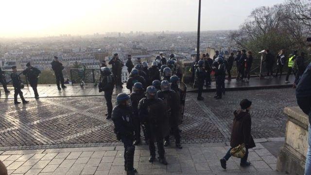 La police évacue les «gilets jaunes» du parvis de Montmartre.