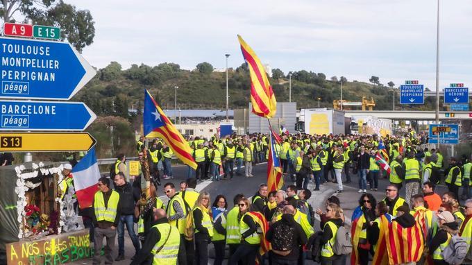 Des «gilets jaunes» se sont rassemblés avec des indépendantistes catalans près de l'autoroute A9, à Boulou, dans le Sud.