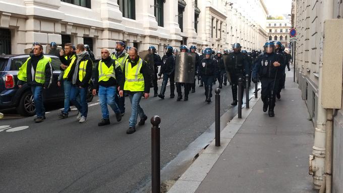 Les manifestants marchent dans Paris, suivis des forces de l'ordre.