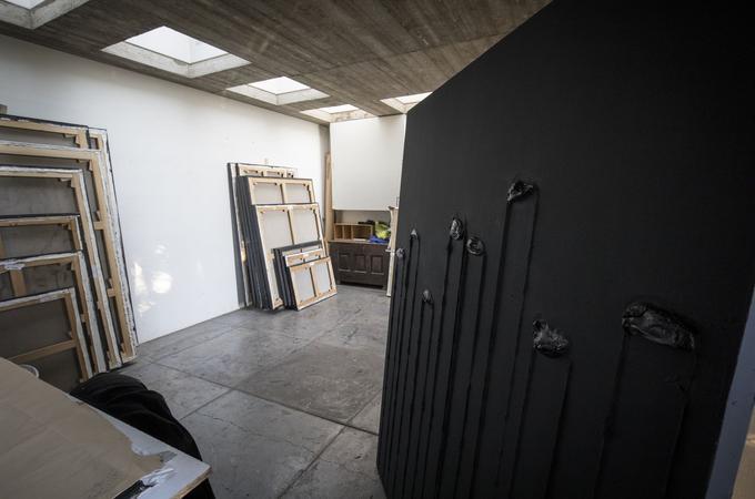 L'atelier de Sète et ses châssis empilés, futurs grands formats du maître des «Outrenoirs». Photo François Bouchon / Le Figaro.