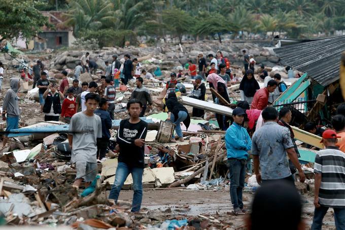 Des habitants dans les décombres à Lampung, au sud de Sumatra, le 23 décembre.