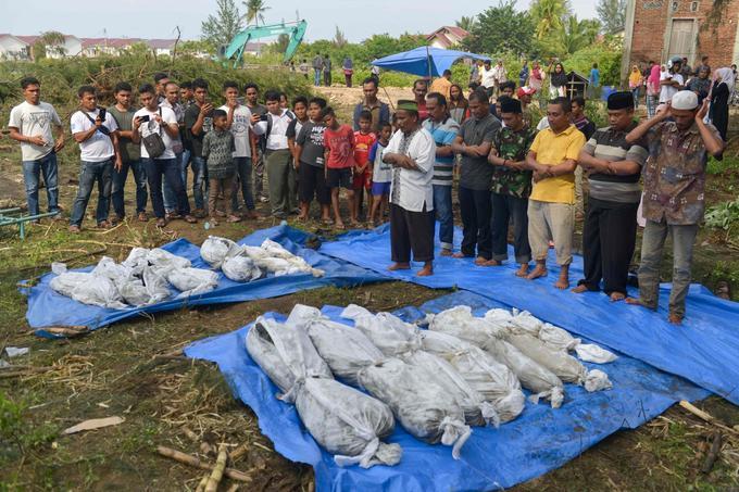 Des villageois prient à Kajhu, dans la province d'Aceh, le 24 décembre.