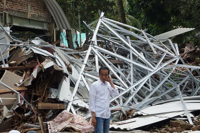Le président indonésien Joko Widodo devant les ruines de l'hôtel Mutiara Carita à Pandeglang, le 24 décembre.