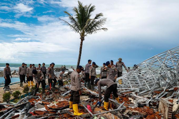 Des officiers de police devant les ruines d'un hôtel à Pandeglang, le 24 décembre.