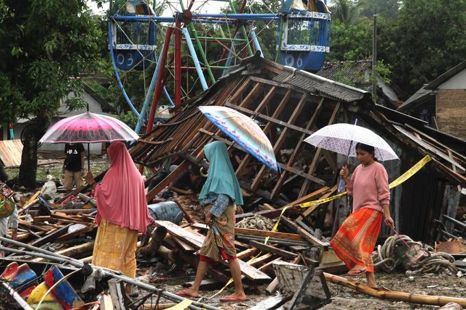 Des femmes se déplacent dans les débris de Tanjung Lesung, dans la province de Banten, le 24 décembre.
