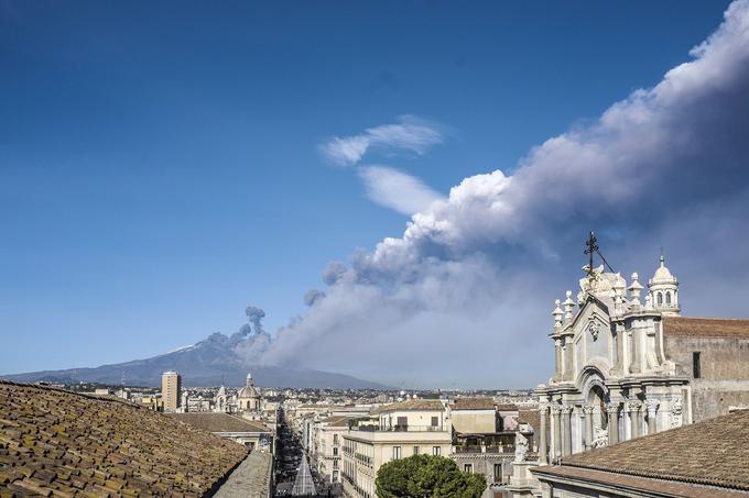 L'éruption vue lundi depuis la ville de Catane, située à proximité du volcan, en Sicile.