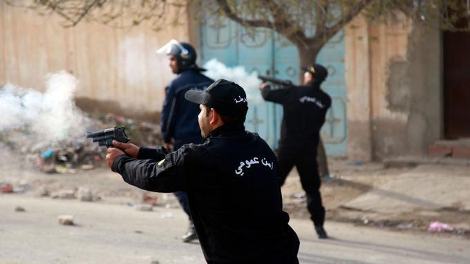 Les policiers ont employé des gaz lacrymogènes.