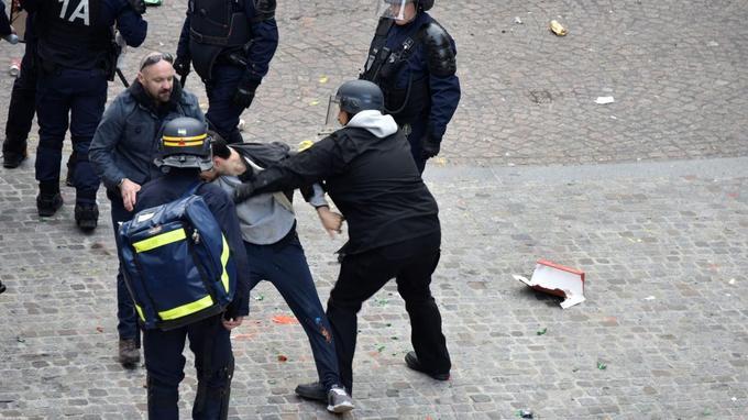 Alexandre Benalla, chargé de mission à l'Élysée, est filmé et photographié en train de frapper un jeune manifestant alors qu'il porte des équipements réservés aux CRS et un brassard de la police.