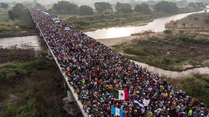 Des milliers de migrants traversent un pont jusqu'alors bloqué par les autorités mexicaines.